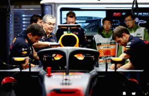Daniel Ricciardo, China, pit, mechanics